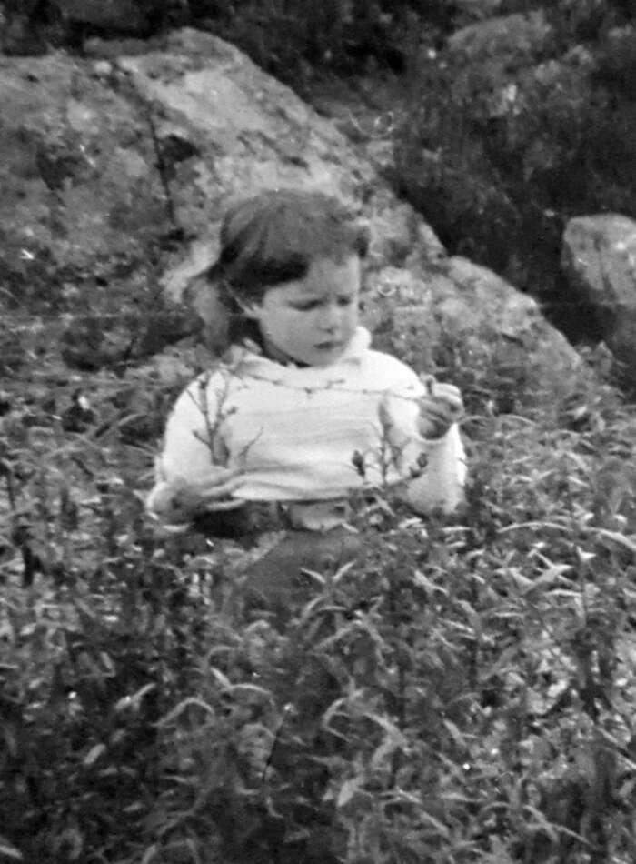Rodica Meyer als kleines Kind bei der Betrachtung einzelner Kräuter